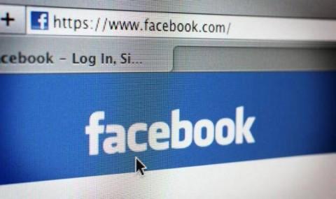 Un adolescent si-a dat in judecata mama pentru ca posta prea multe fotografii cu el pe Facebook!