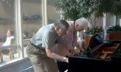 VIDEO: Ce poate iesi atunci cand se intalnesc doi batranei simpatici cu un pian pe holul unui spital?